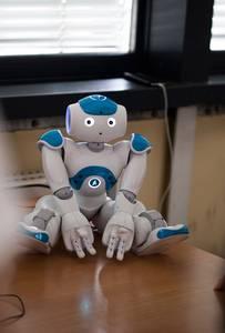 NAO-Roboter, der auf einem Tisch sitzt