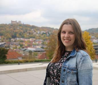 Anastasiya auf dem Campus der Hochschule Coburg im Hintergrund die Veste Coburg