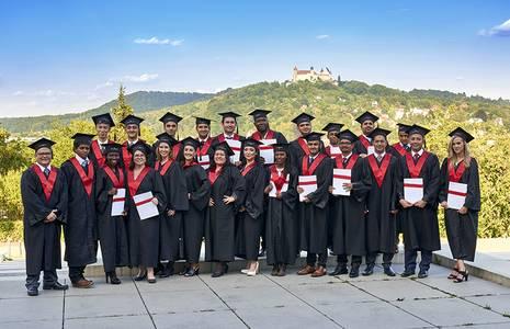 Financial-Management-Absolventen vor der Kulisse der Veste Coburg