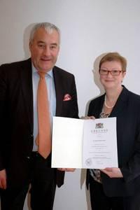 Wissenschaftsminister Dr. Ludwig Spaenle und Präsidentin Prof. Dr. Christiane Fritze mit ihrer Ernennung in den Händen.