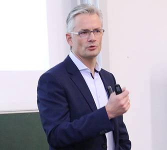 Bernhard Kempf spricht im Hörsaal vor BWL-Studierenden