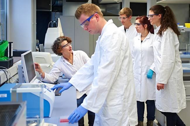 Eine Gruppe Studierender im Bioanalytik-Labor