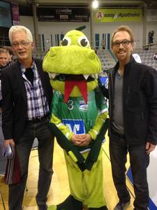 Thomas Langhanki und Ralph Neisser mit VSG-Maskottchen Burnadette