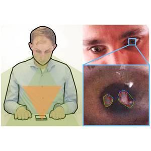 Bild aus zwei Einzelfotos zusammengesetzt: ein Mann blickt auf sein Smartphone, sein Sichtbereich ist orange eingefärbt; in den Augen eines Mannes spiegeln sich seine Hände