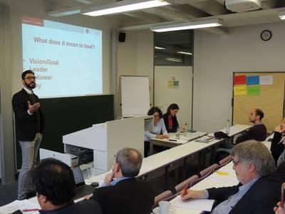 Dr. Souheil Thabti mit Zuhörern