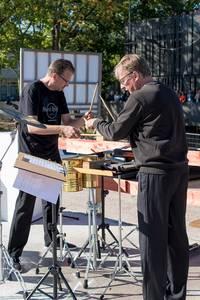 Ralf Probst und Günther Peppel machen Percussion.
