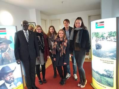 Südsudanesischer Botschafter mit Studierenden