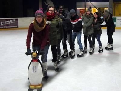 Deutsche und internationale Studierende laufen gemeinsam Schlittschuh.