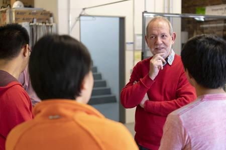 Prof. Dr. Gnuschke im Gespräch mit Studierenden aus China und Mexiko