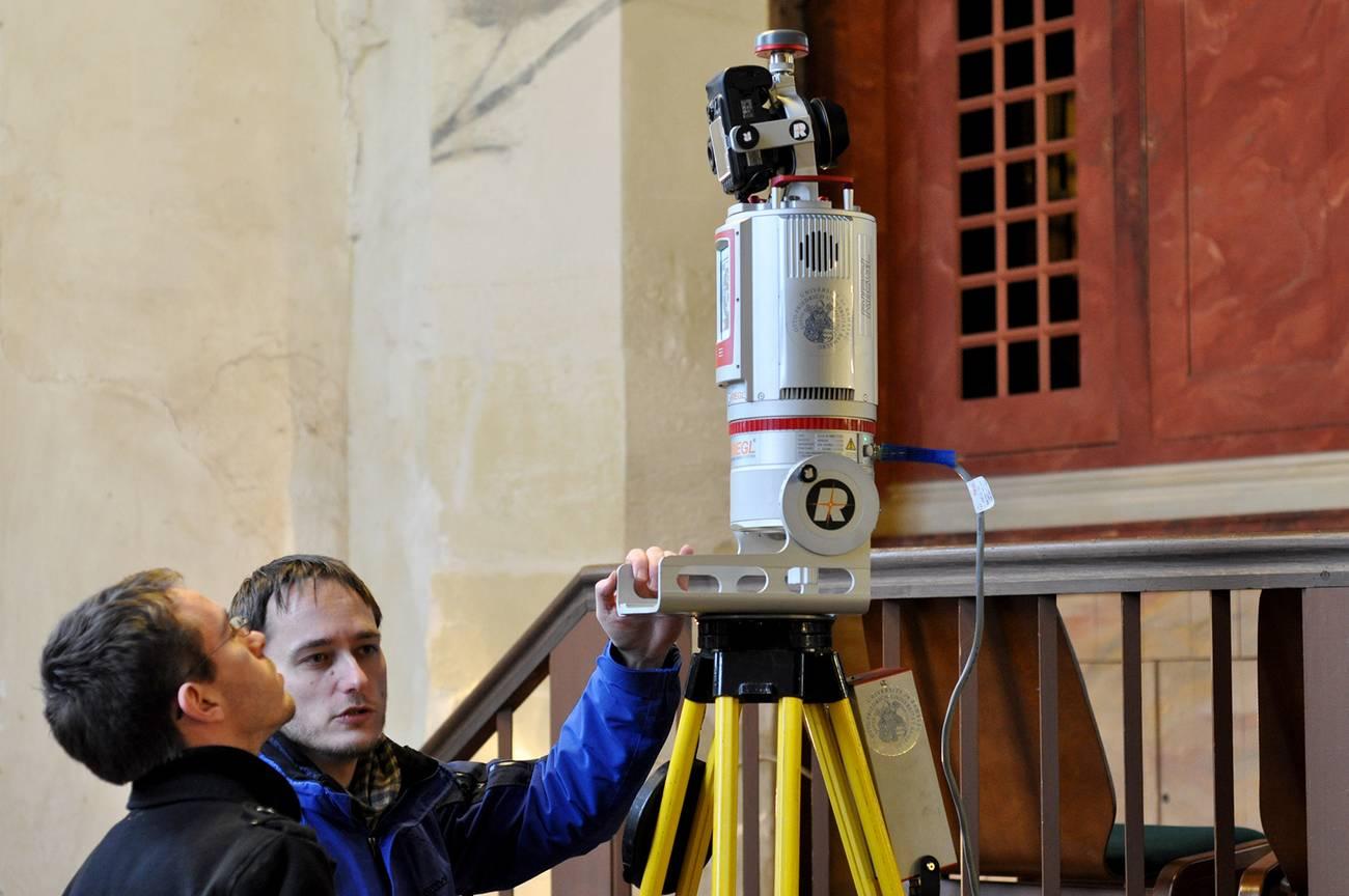 Studierende mit einem Messgerät in der Jacobikirche
