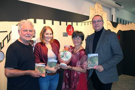 Gruppenfoto von Prof. Auwi Stübbe, Leonie Seemann, Astrid Weschenfelder und Dr. Carsten Ritzau