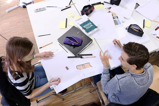 Eileen Fuhrmann und Jan Finzel diskutieren über ihren Entwurf.