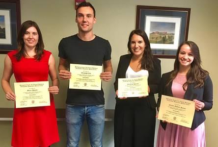Die vier Studierenden mit ihren Zertifikaten