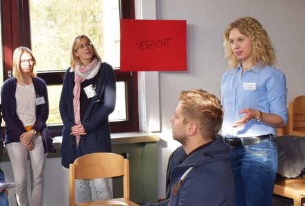 """Studentin Sophie Schmidt vor Besuchern beim Fachtag """"Leben in digitalen Welten""""."""