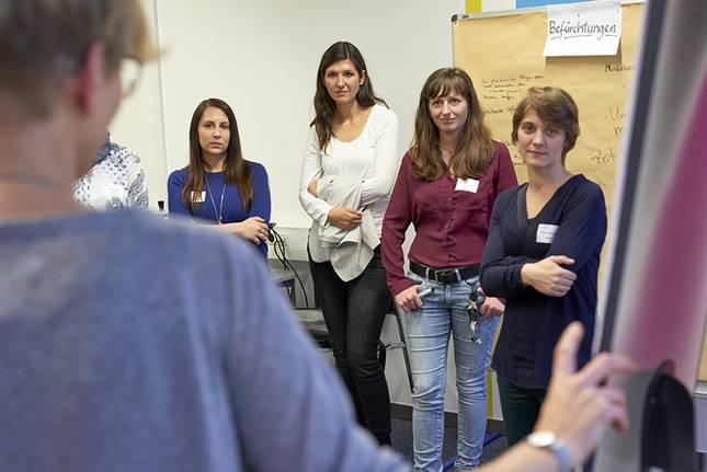 Doktorandinnen nehmen an einer Einführung ins Mentoring-Programm teil.