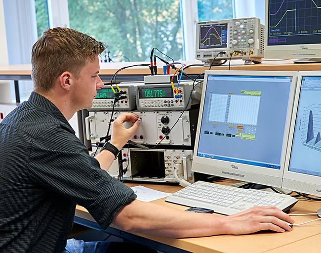 Ein Elektrotechnik-Student macht sich mit der elektrischen Messtechnik vertraut.