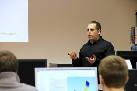 Christoph Gordalla zeigt Studierenden den Umgang mit COMSOL.