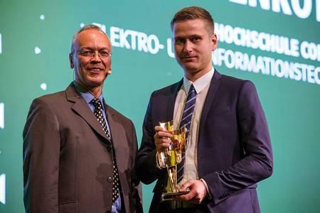 Matthias Keller-May überreicht Michael Morgenroth den Kulturpreis Bayern
