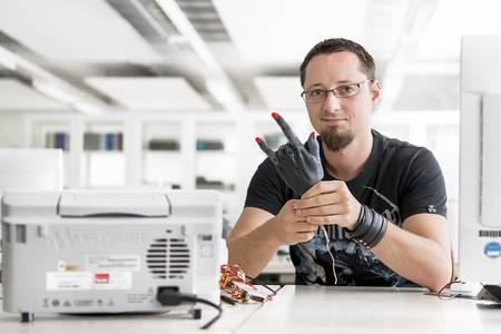 Robert Hirsch mit seiner Handprothese aus dem 3D-Drucker