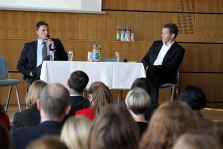 Dr. Christian Weigl (links) und Studiengangsleiter der Integrativen Gesundheitsförderung, Prof. Dr. Eberhard Nöfer erläutern Möglichkeiten der betrieblichen und persönlichen Gesundheitsförderung.