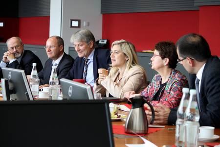 Ministerin Melanie Huml und Landtagsabgeordnete im Gespräch mit der Hochschulleitung Coburg