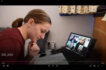 Marisa Oster per Videokonferenz im Gespräch mit Professor Gerhardt und Kommilitonen.
