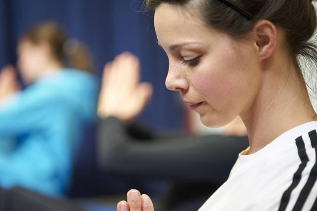 Eine junge Frau macht eine Yoga-Übrung