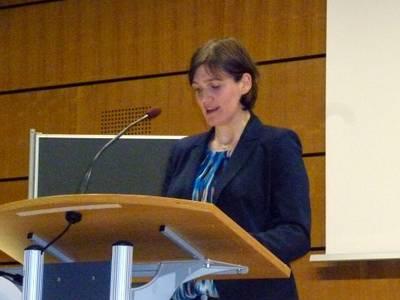 Katja Urbatsch, Begründerin von Arbeiterkind.de informiert über die Fördermöglichkeiten von Studierenden aus Nichtakademiker-Familien