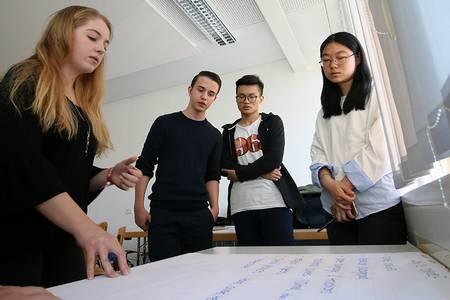 Vier Studierende im Seminarraum