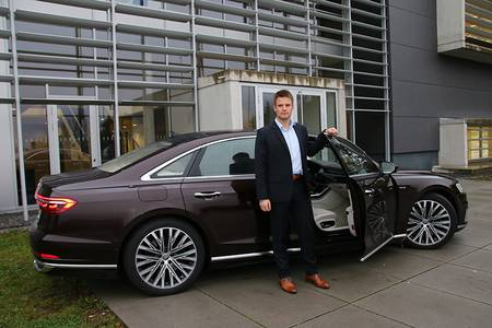 Dr.-Ing. Anton Obermüller vor dem neuen Audi A8 auf dem Campusgelände
