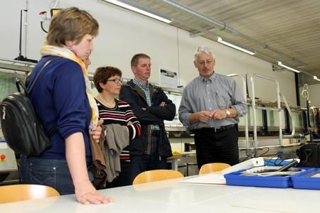 Dieter Sitzmann eröffnet Landwirten spannende Einblicke im Wasserbaulabor der Hochschule Coburg