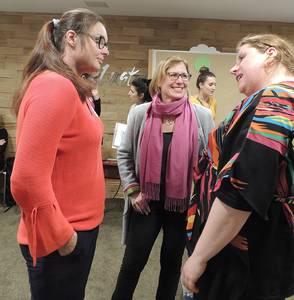 Kristina Hoffmann im Gespräch mit Rebecca Fischer und Magdalena Wiezik.