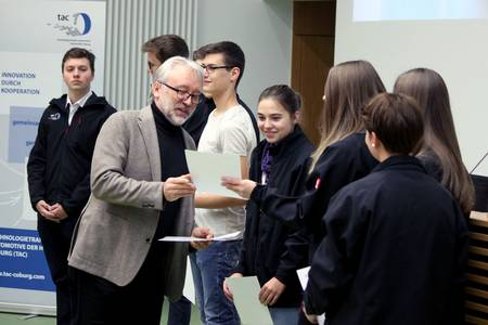 Überreichung der Zertifikate an die Schüler