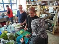 """Beim Hilfsprojekt """"Habibi.Works"""" helfen Katharina Waldinger und Johannes Kobras in der Küche"""