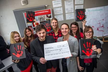 Gruppenbild mit Spendenschein