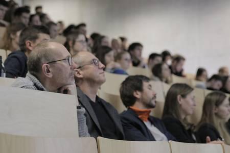 Zuhörer im Hörsaal hören einen Vortrag aus der Dienstagsreihe