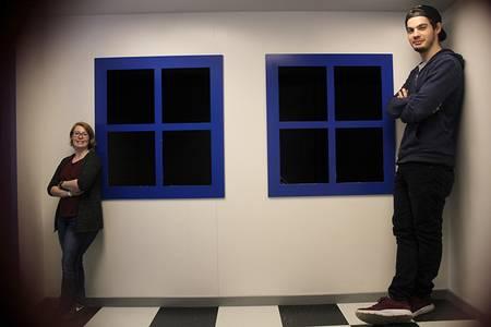 Die Studentin auf der rechten Seite des Bildes erscheint sehr klein, während der Student auf der linken Seite sehr groß erscheint