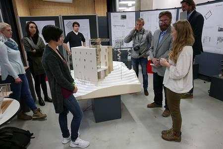 Die Studierenden stehen um ihr Miniatur-Modell der Burgruine