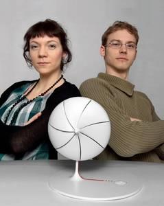 Die Preisträger Johanna Lokotzke und Johannes Buch mit ihrem ausgezeichneten Produkt