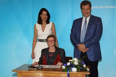 Hochschulpräsidentin Christiane Fritze unterschreibt das Innovationsbündnis