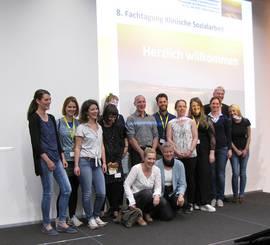 Gruppenfoto von Prof. Dr. Christine Kröger und Prof. Dr. Silke Gahleitner aus Berlin mit einigen der mitgereisten Studierenden