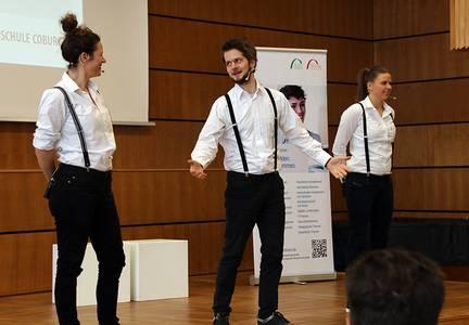 """3 Schauspieler des Improtheaters """"holterdiepolter!"""" auf der Bühne der Hochschule Coburg"""