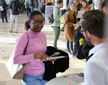 Zwei Studierende im Gespräch bei der CampusMesse