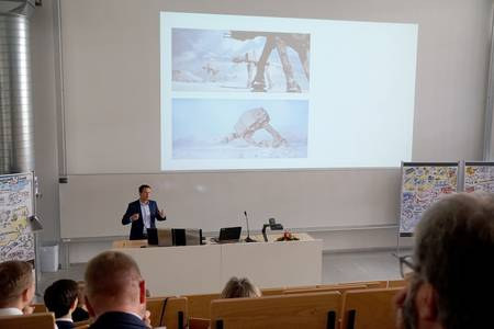 Felix Brand, wissenschaftlicher Mitarbeiter am Institut für Sensor- und Aktortechnik der Hochschule Coburg, hält einen Vortrag im Bereich Sensortechnik..