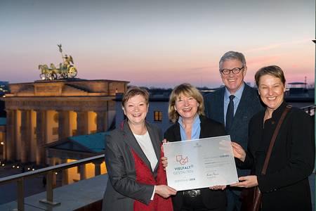 Andreas Schlüter übergibt die Zertifizierungsurkunde an die Präsidentin, Prof. Dr. Christiane Fritze, Monika Faaß sowie Prof. Dr. Claudia Lohrenscheit