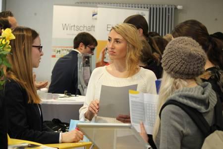 Die Campusmesse bringt Studierende und Firmen in Kontakt.
