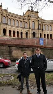 Torsten Utz und Robert Falkenstein vor dem Bayerischen Landtag