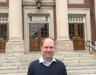 Prof. Dr. Matthias Noll vor einem Gebäude in Massachusetts