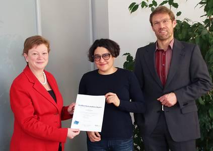 Prof. Dr. Christiane Fritze überreicht Prof. Dr. Milena Valeva die Urkunde gemeinsam mit Vizepräsidenten Michael Lichtlein