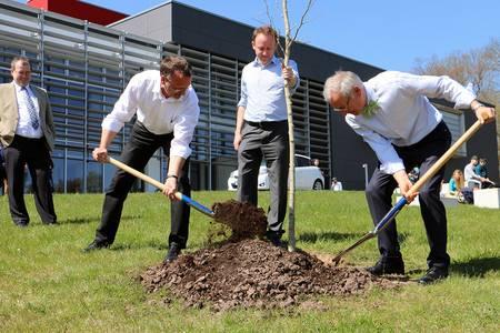 Spatenstich zur Pflanzung eines Gingkobaumes zu Ehren von Ministerialrat Zeitler